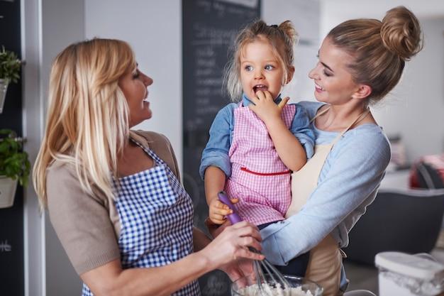 Familie hat eine gute zeit in der küche Kostenlose Fotos