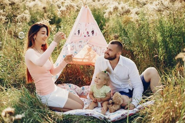 Familie hat spaß in einem park Kostenlose Fotos