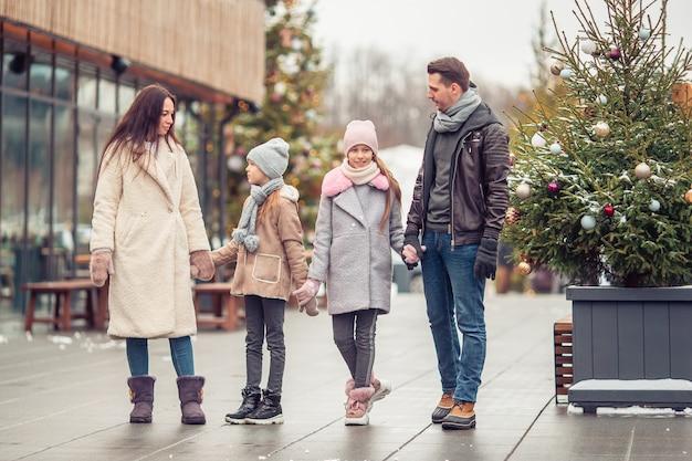 Familie im freien am wintertag Premium Fotos