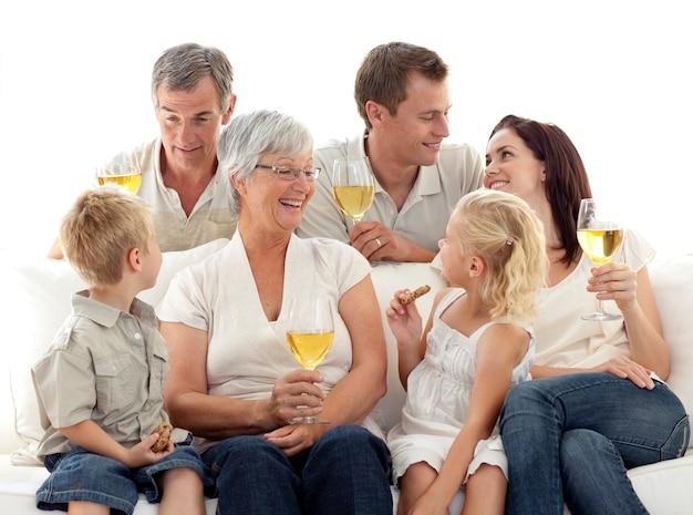 Familie im wohnzimmer wein trinken und kekse essen Premium Fotos