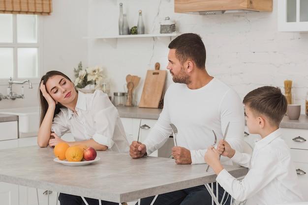 Familie in der küche essfertig Kostenlose Fotos