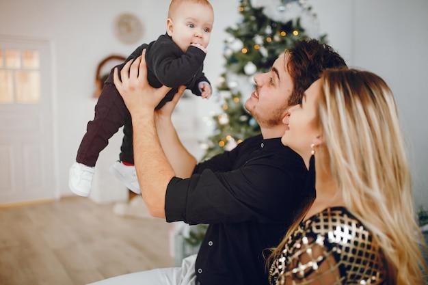 Familie in der nähe von weihnachtsbaum Kostenlose Fotos