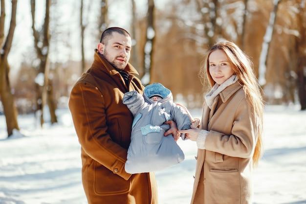 Familie in einem winterpark Kostenlose Fotos