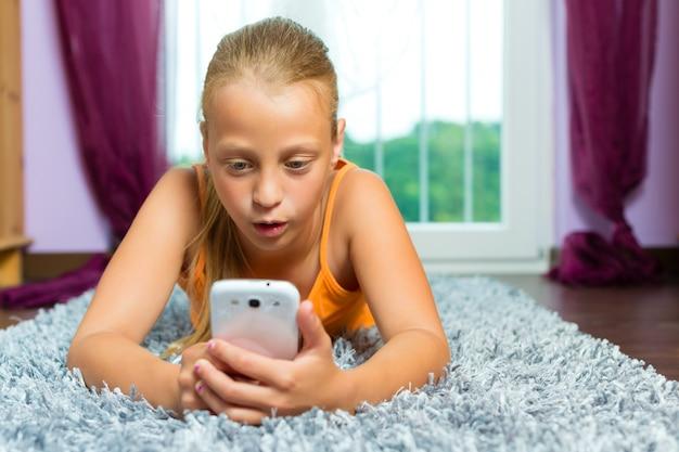 Familie, kind mit handy oder smartphone Premium Fotos