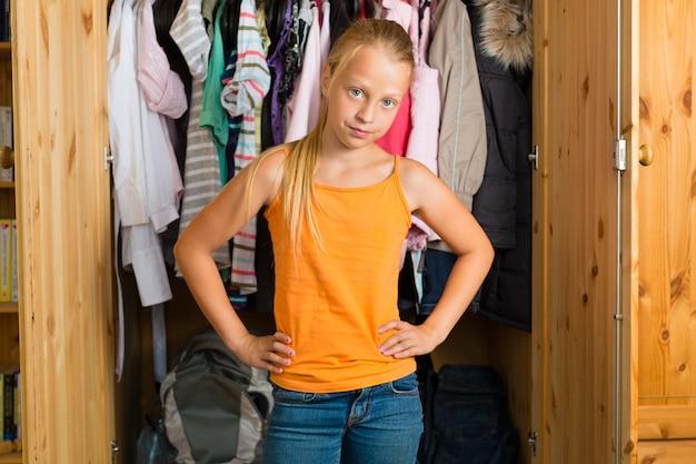Familie, kind vor ihrem schrank oder kleiderschrank Premium Fotos