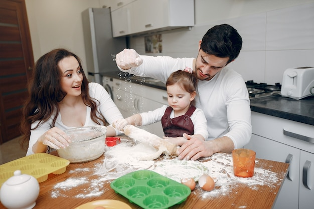 Familie kochen den teig für kekse Kostenlose Fotos