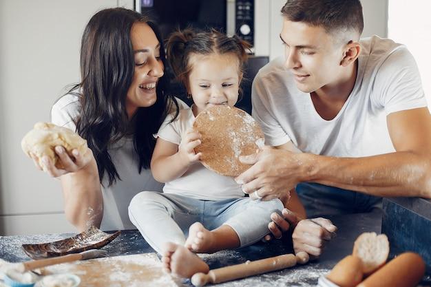 Familie kocht den teig für kekse in der küche Kostenlose Fotos