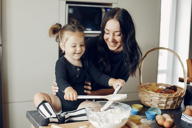 Familie kocht den teig für kekse Kostenlose Fotos