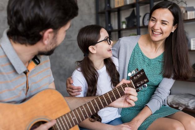 Familie lernt instrument zu spielen Kostenlose Fotos
