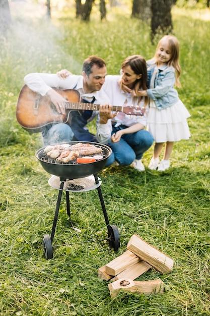 Familie macht einen grill in der natur Kostenlose Fotos