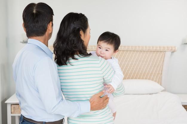 Familie mit babytochter im schlafzimmer zu hause Premium Fotos