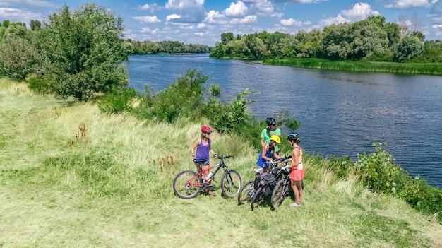 Familie mit dem fahrrad im freien Premium Fotos