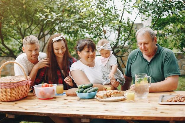 Familie mit der tochter, die im yard spielt Kostenlose Fotos