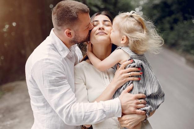 Familie mit der tochter, die in einem park spielt Kostenlose Fotos