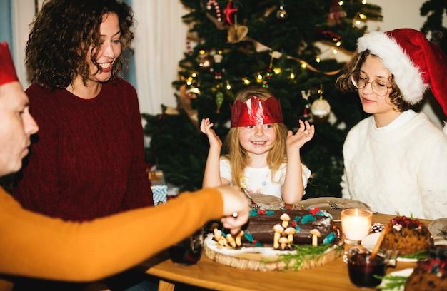 Familie mit einem weihnachtsessen Kostenlose Fotos