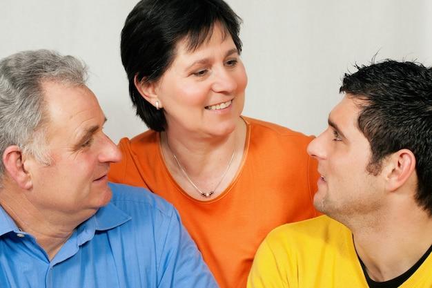 Familie mit erwachsenem sohn Premium Fotos