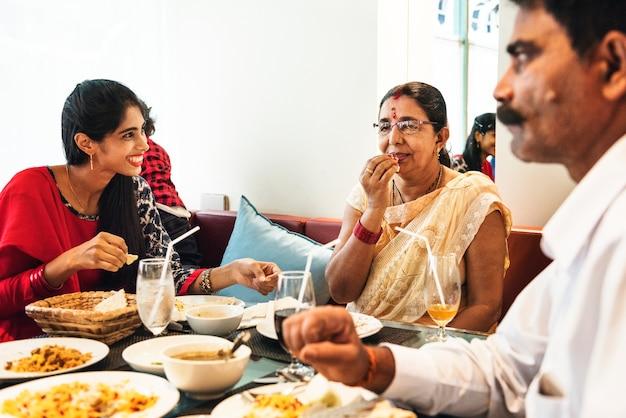 Familie mit indischem essen Kostenlose Fotos