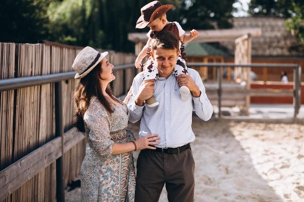 Familie mit kleinem sohn an der ranch Kostenlose Fotos