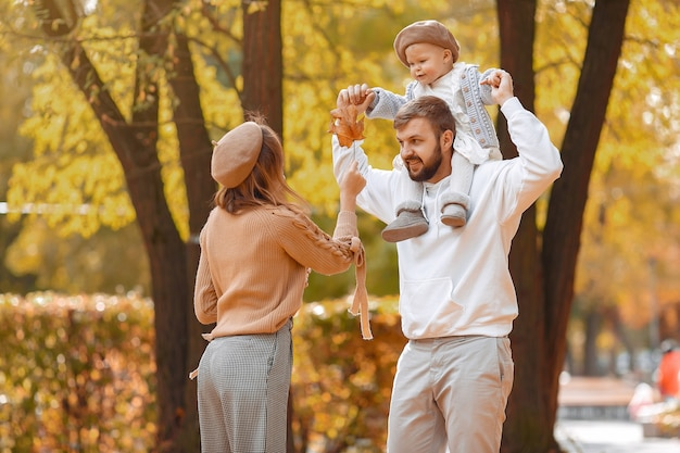 Familie mit kleiner tochter in einem herbstpark Kostenlose Fotos