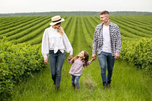 Familie mit mädchen auf ackerland Kostenlose Fotos