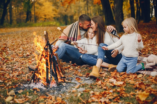 Familie mit netten kindern in einem herbstpark Kostenlose Fotos