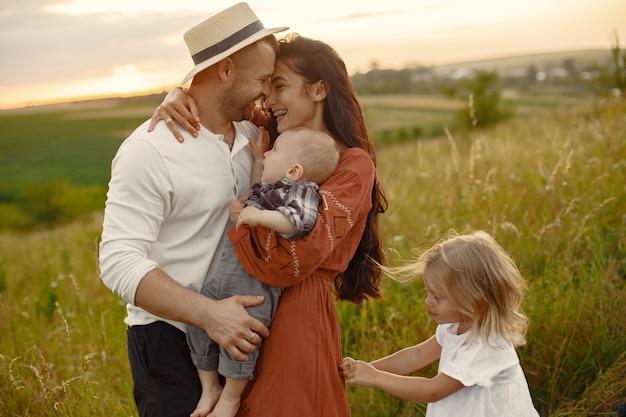 Familie mit niedlichem kleinen kind. vater in einem weißen hemd. Kostenlose Fotos