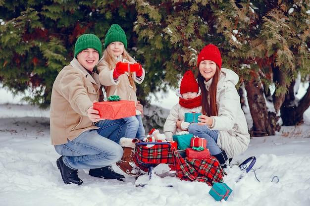 Familie mit süßen töchtern in einem winterpark Kostenlose Fotos