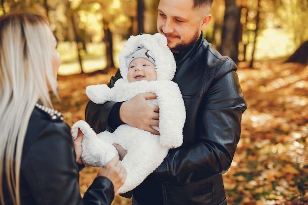 Familie mit tochter in einem herbstpark Kostenlose Fotos