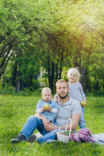 Familie mit zwei kindern ruht im sommergarten Premium Fotos