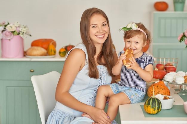 Familie mutter und tochter kochen abendessen in der küche Premium Fotos