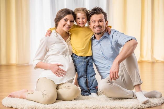 Familie schaut nach vorne und lächelt. Premium Fotos