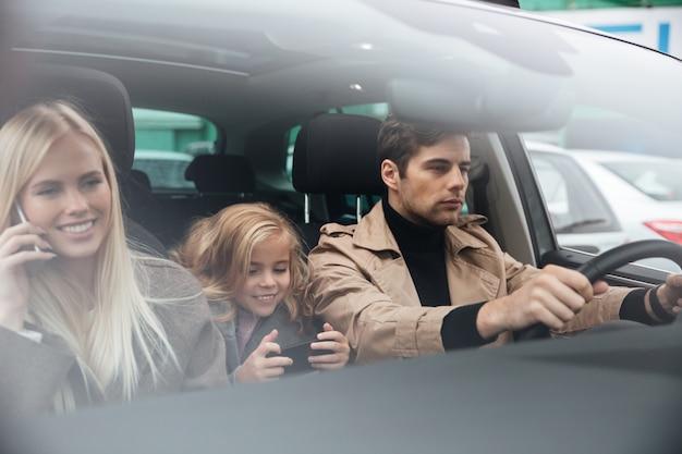 Familie sitzt im auto Kostenlose Fotos