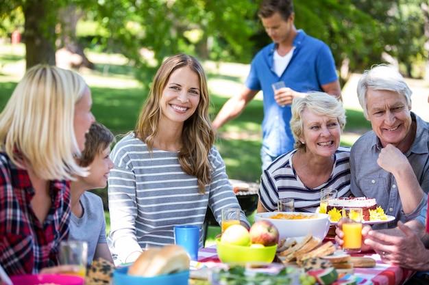 Familie und freunde, die ein picknick mit grill haben Premium Fotos