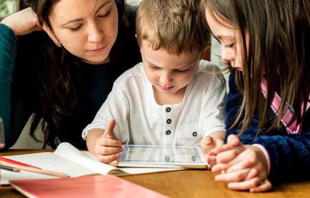 Familie verbringen zeit glück urlaub zusammenhalt Premium Fotos