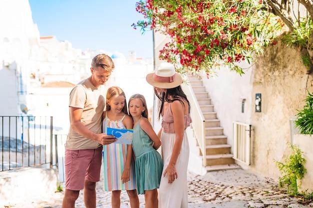 Familie von eltern und kindern machen urlaub in europäischen ferien Premium Fotos