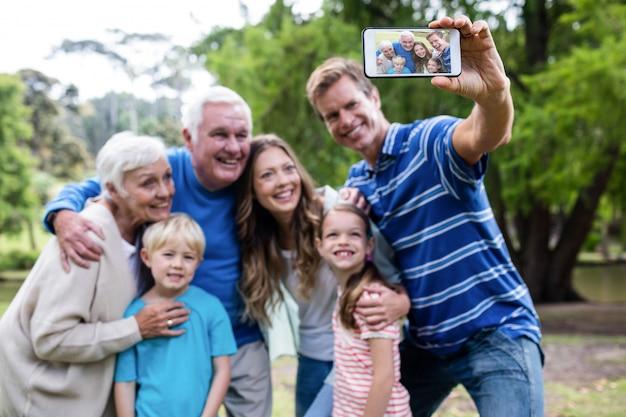 Familie von mehreren generationen, die ein selfie im park nimmt Premium Fotos
