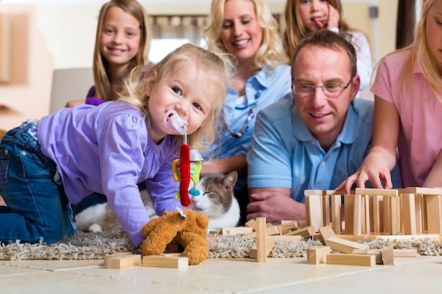 Familie zu hause spielen Premium Fotos