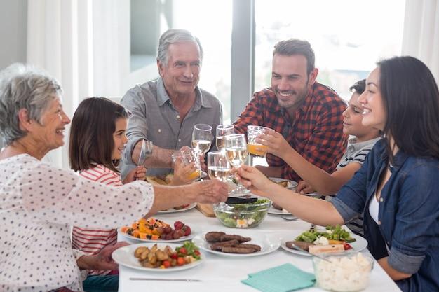 Familie zusammen essen Premium Fotos