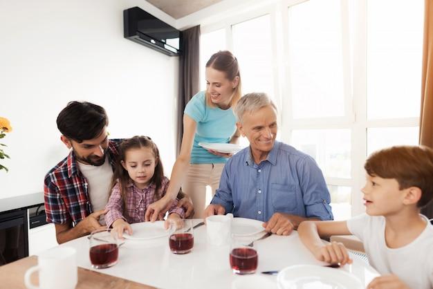 Familie zusammen zu hause trinken t-stück. Premium Fotos