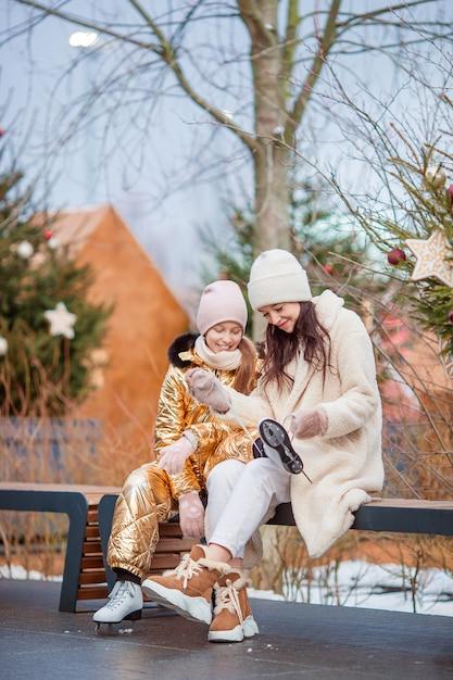 Familien-wintersport. mutter und tochter am wintertag Premium Fotos