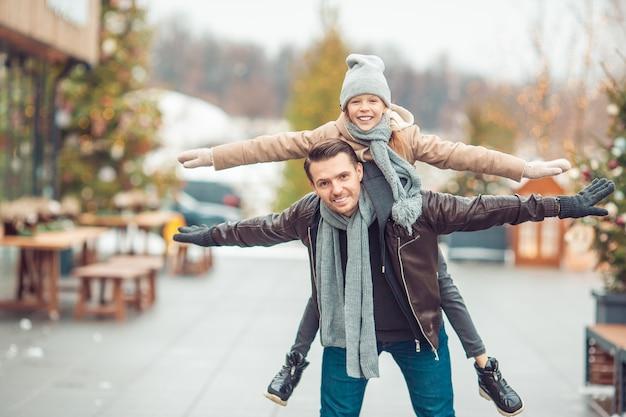 Familien-wintersport. vater und tochter am wintertag Premium Fotos
