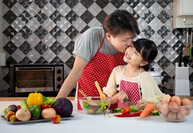 Familienasiat, der in der küche kocht Premium Fotos