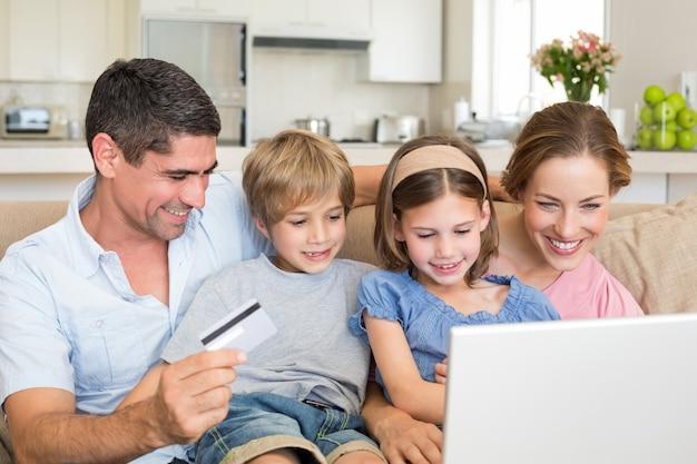 Familieneinkaufen online Premium Fotos