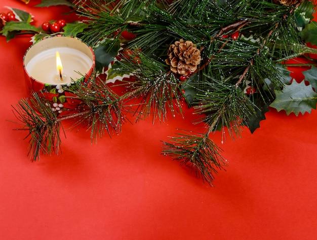 Familienfeiertag, roter hintergrund des weihnachtsbaums mit und weihnachtskerzen Premium Fotos
