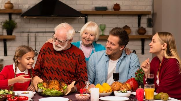 Familiengenerationen, die zusammen glücklich sind Kostenlose Fotos