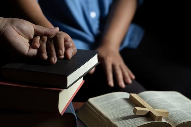 Familiengruppe beten zusammen auf holztisch Kostenlose Fotos