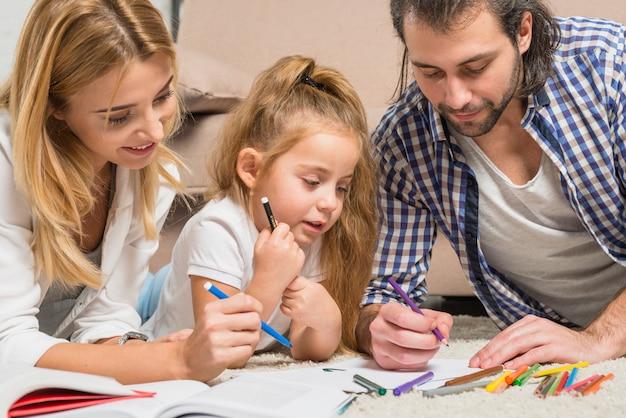 Familienmalerei auf dem boden Kostenlose Fotos