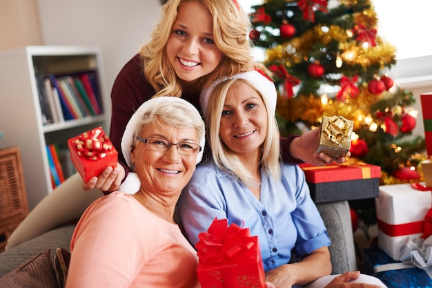 Familienmomente zur weihnachtszeit Kostenlose Fotos