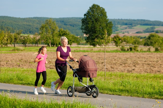 Familiensport - joggen mit kinderwagen Premium Fotos