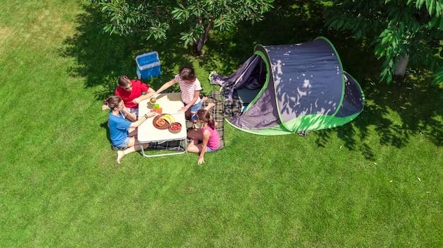 Familienurlaub in der draufsicht des campingplatzes Premium Fotos